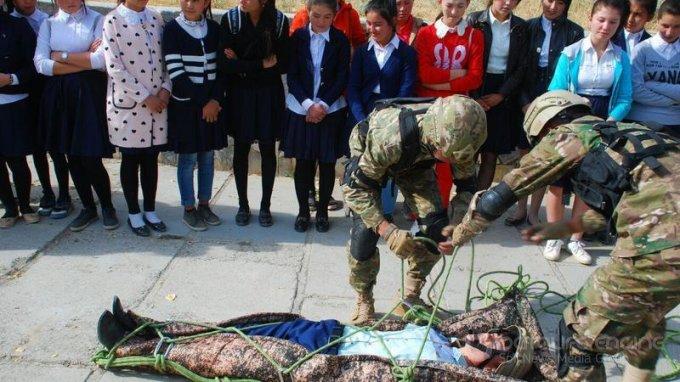 В Джизаке для студентов колледжа была организована экскурсия по военной части