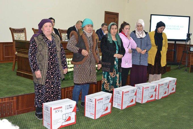 В Джизаке помогают нуждающимся женщинам