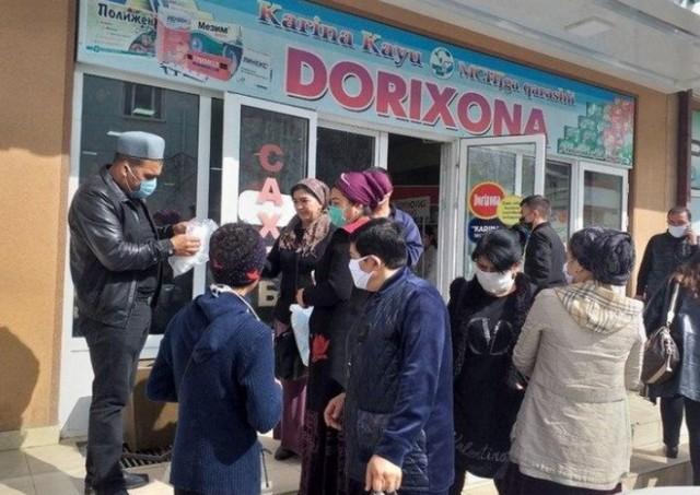В городе Джизак 20-летний Хуршид Соатов раздал гражданам 300 медицинских масок, причём абсолютно бесплатно