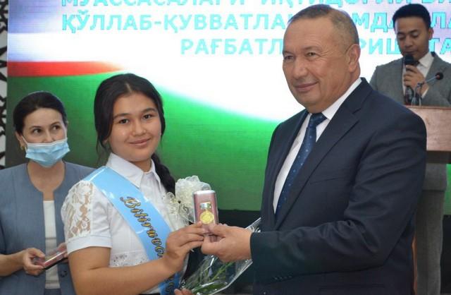 Жиззахда вилоят ҳокими Эргаш Салиев битирувчиларга мурожаат йўллаб уларни табриклади